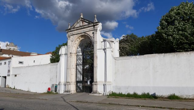 Cemitérios Municipais abertos a 9 de maio com novas regras para funerais