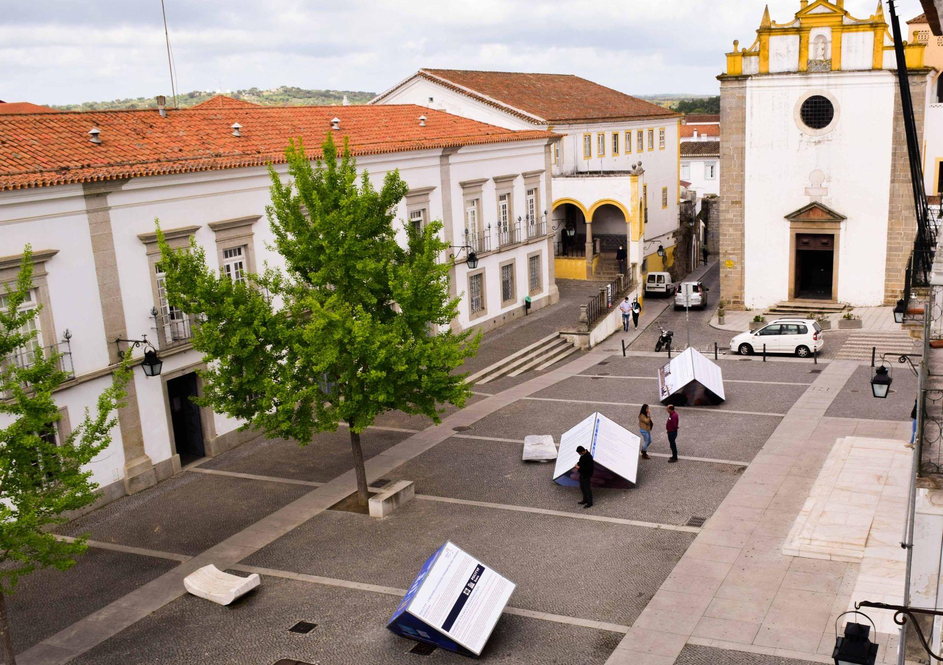 (Português) Exposição '1º Encontro, Évora Cidade Educadora' até 15 de abril na Praça de Sertório