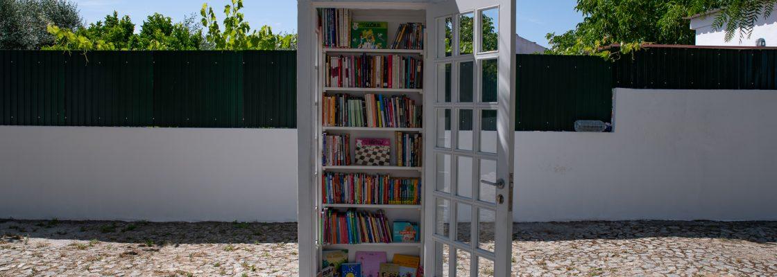 Velha cabine telefónica transforma-se numa minibiblioteca pública