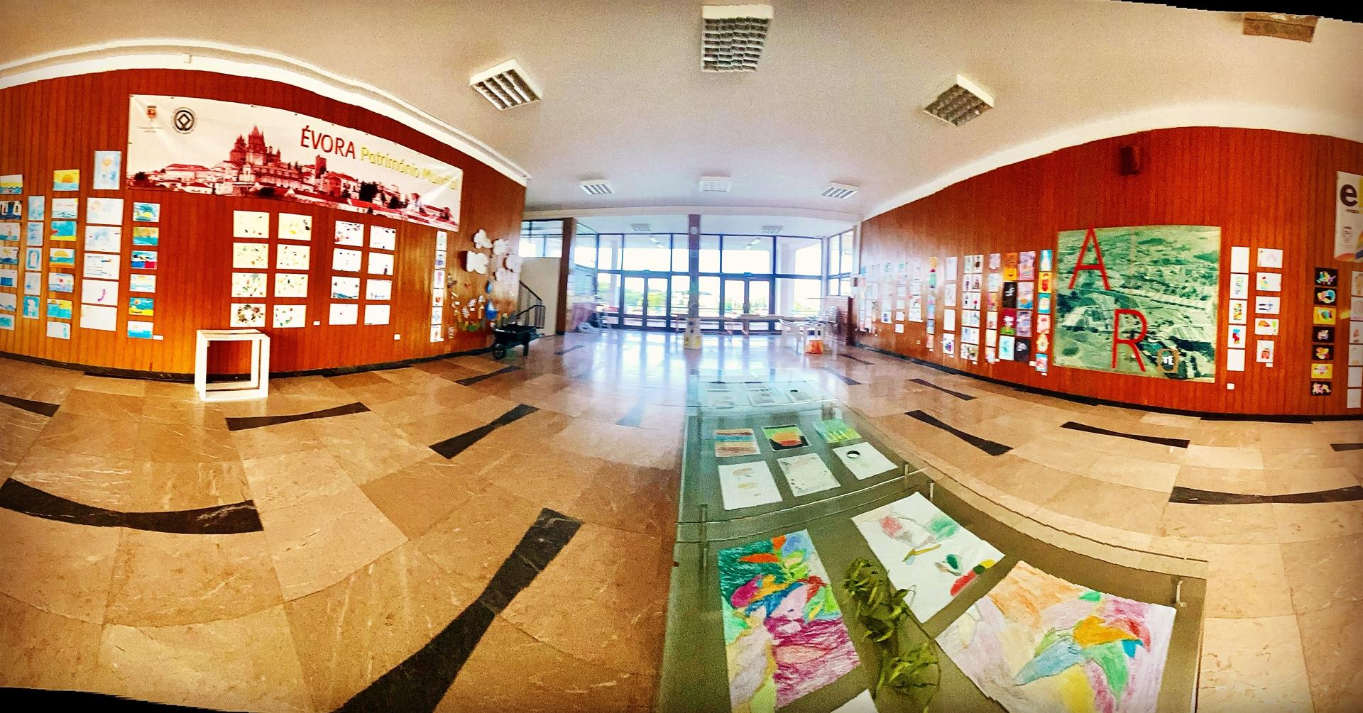 (Português) Exposição de Trabalhos de Artes Plásticas no Salão das Piscinas Municipais