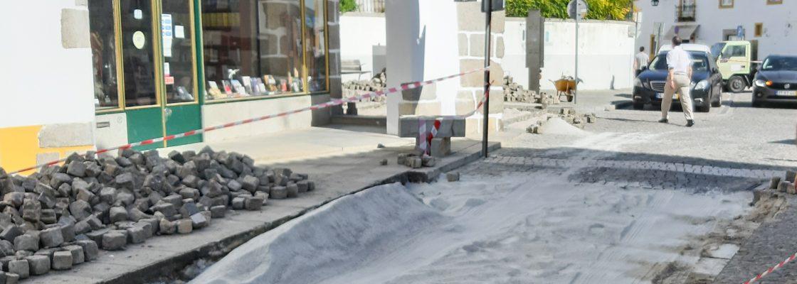 Nivelamento de passadeiras no Largo das Portas de Moura