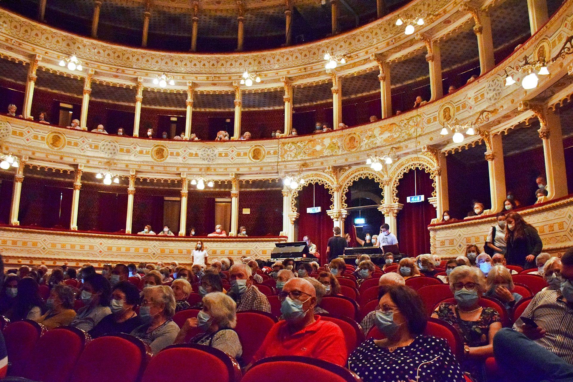 Seniores eborenses foram ao teatro no âmbito do Mês Maior